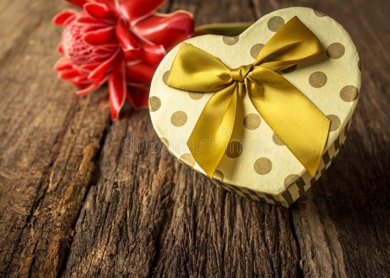 有花的心形的礼物盒 库存照片