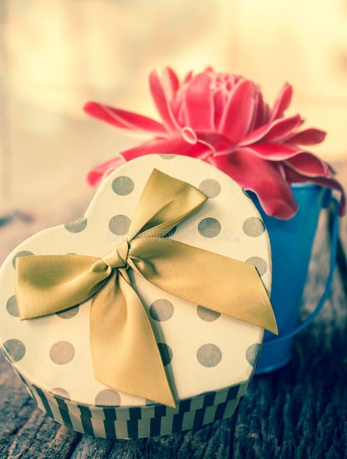 有花的心形的礼物盒 图库摄影