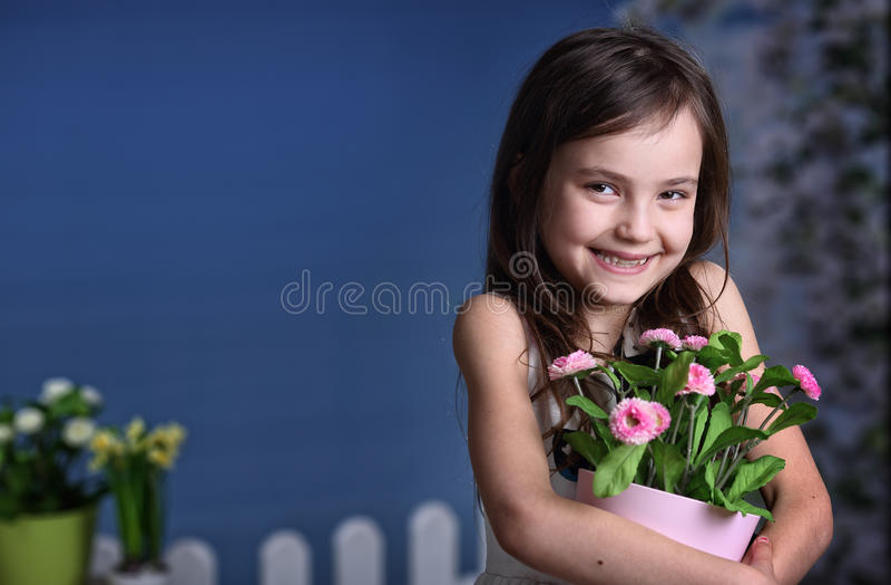 有花的快乐的女孩 图库摄影