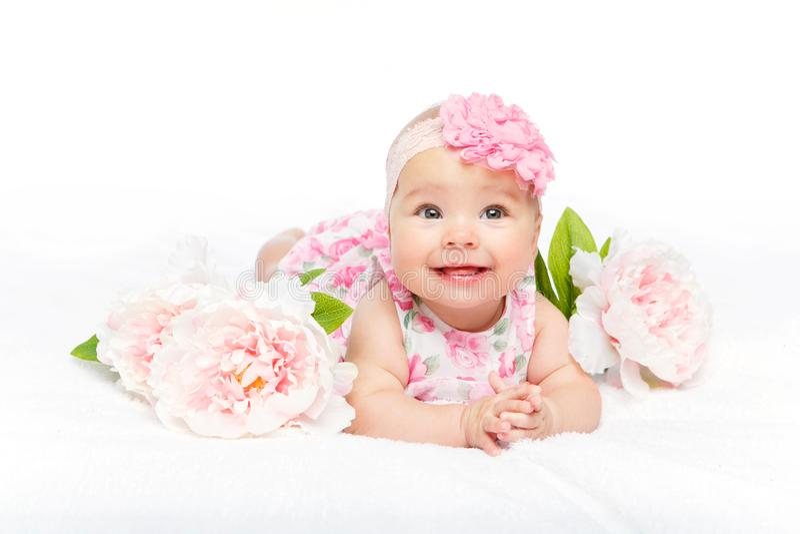 有花的愉快的美丽的女婴在头 免版税库存图片