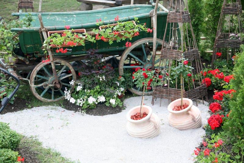 有花的木推车 免版税图库摄影