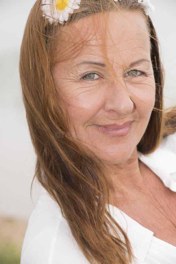 有花的确信的可爱的妇女在头发 库存照片