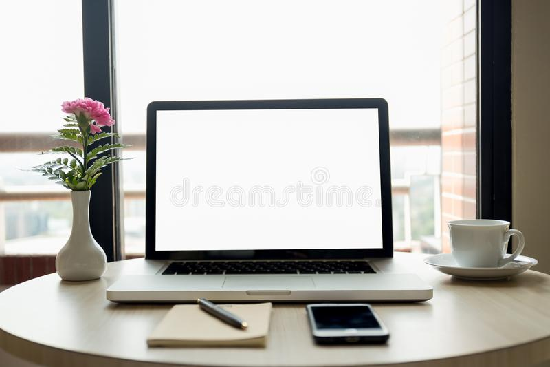 有花的空白的膝上型计算机屏幕和手机和咖啡和p 图库摄影