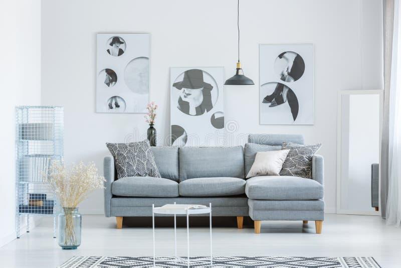 有花的简单的单色室 免版税库存照片