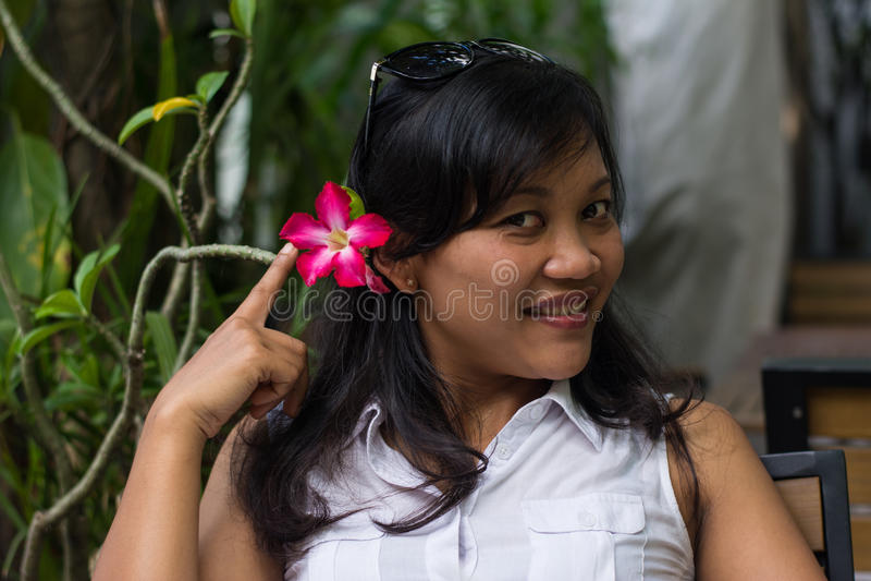 有花的美丽的亚裔妇女 库存照片