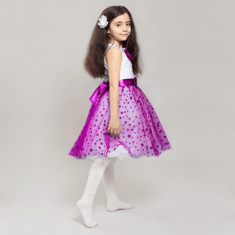 有花的美丽的小女孩在她的头发 免版税库存图片