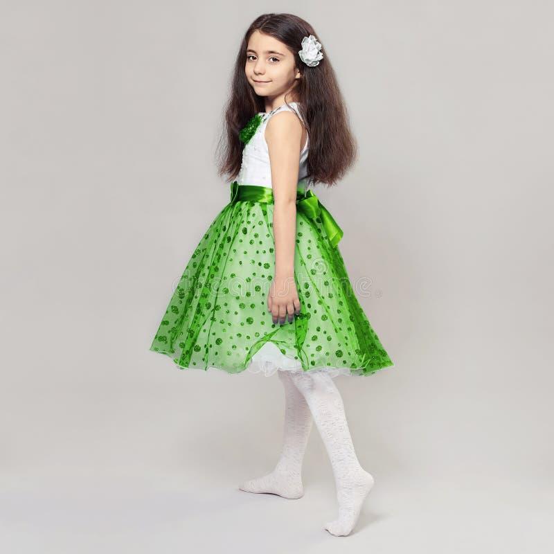 有花的美丽的小女孩 库存图片
