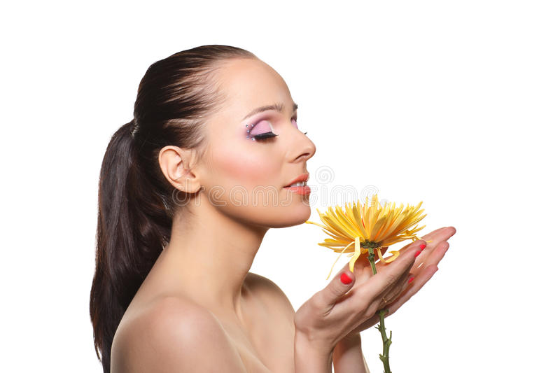 有花的美丽的少妇。 库存照片