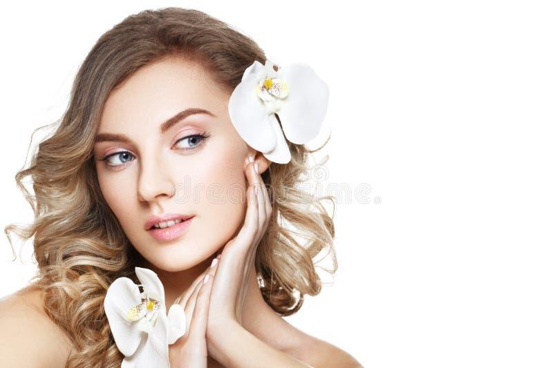 有花的美丽的白肤金发的女孩 免版税库存照片