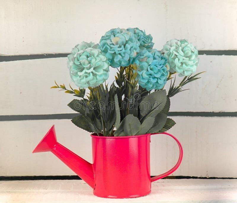 有花的花瓶在一个木板箱里面 免版税库存图片