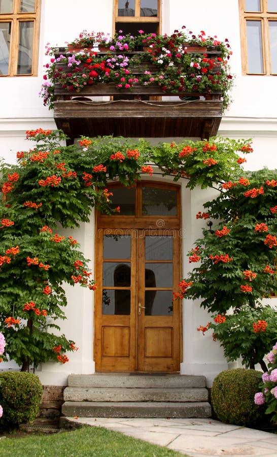 有花的议院在庭院里 图库摄影
