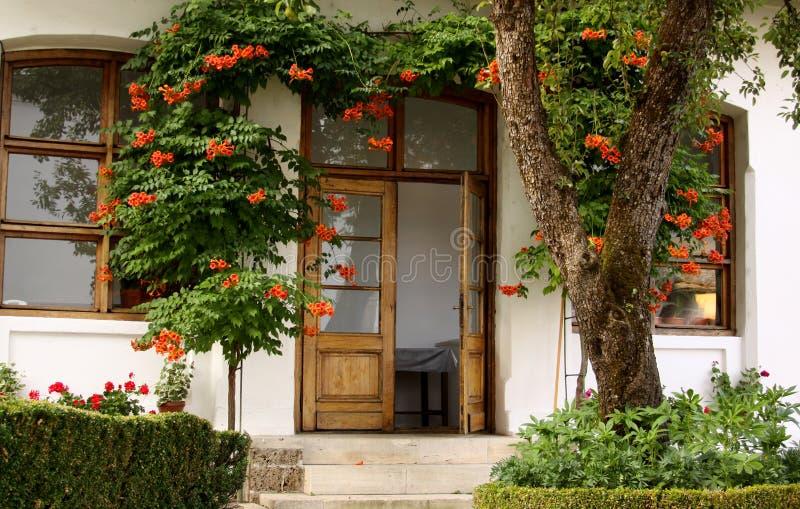 有花的议院在庭院里 免版税图库摄影