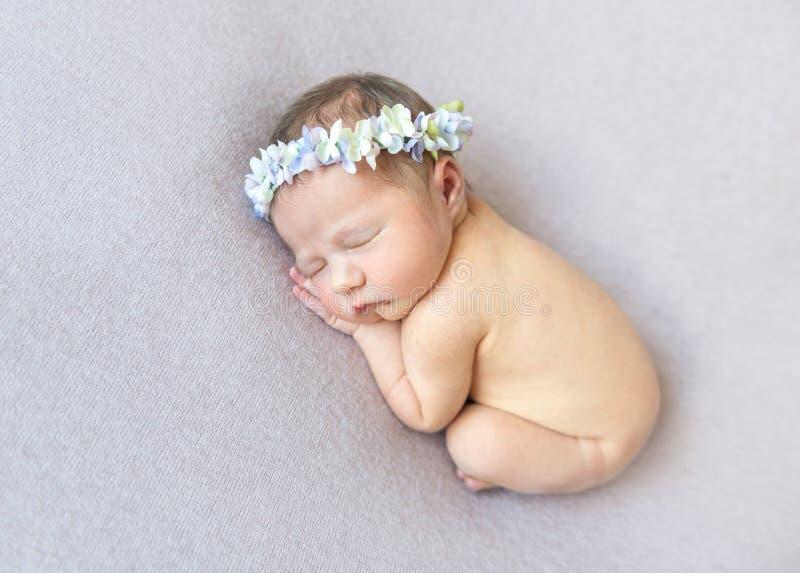 有花的赤裸婴儿佩带的头饰带 库存图片