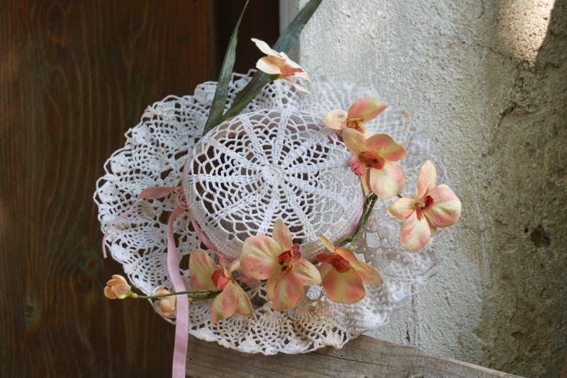 有花的钩针编织的手工制造帽子 库存图片