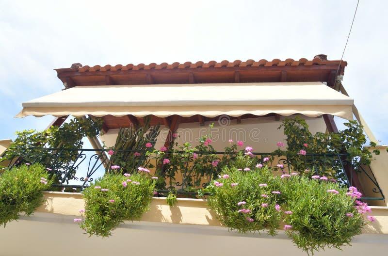 有花的阳台在罐 免版税库存图片