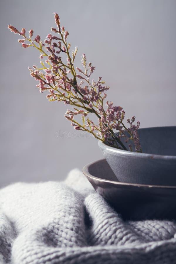 有花的静物画灰色葡萄酒碗 库存照片