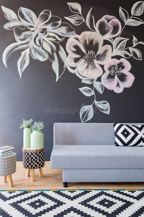 有花的黑板墙壁 库存照片