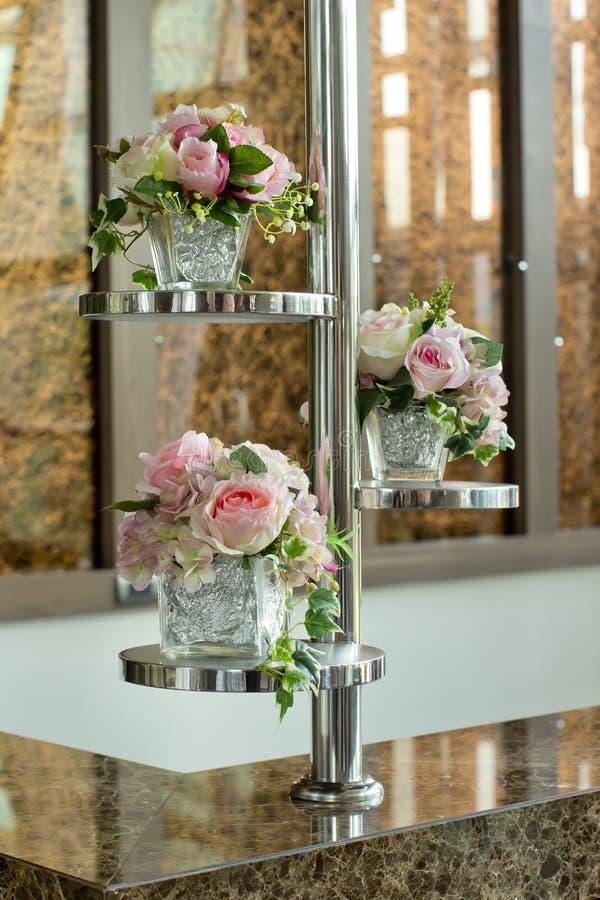 有花的玻璃花瓶,在婚礼的一件美丽的装饰品 库存照片