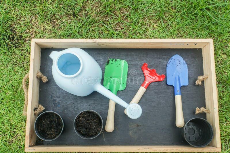 有花盆的耕种工具为在家从事园艺 免版税库存图片