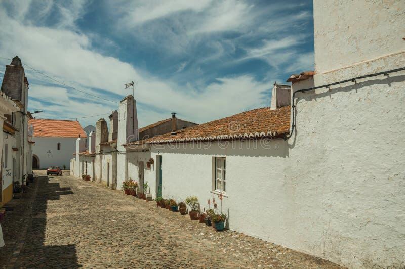 有花盆的谦逊的房子在Evoramonte 免版税库存图片