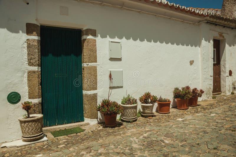 有花盆的谦逊的房子在Evoramonte 免版税库存照片