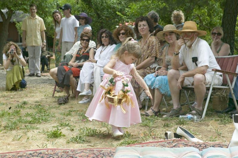 有花篮子的小女孩在传统犹太人的婚礼的在Ojai,加州 免版税图库摄影
