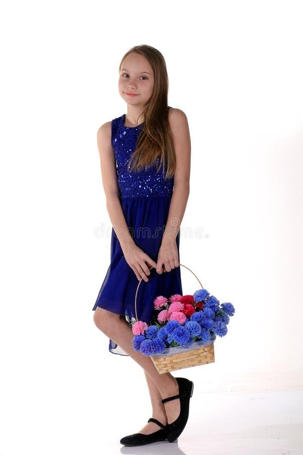 有花篮子的美丽的女孩在春天 库存图片