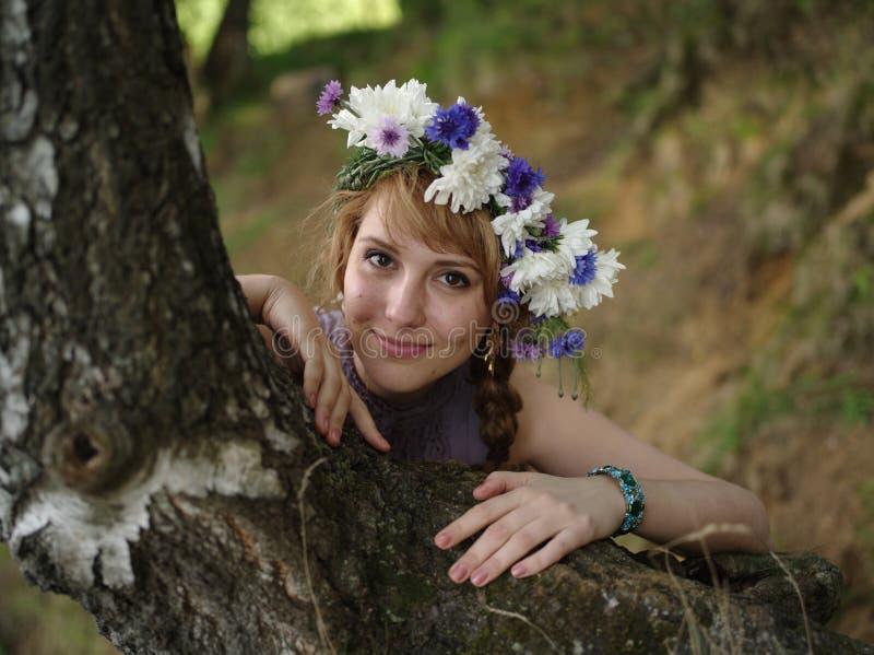 有花花圈的俄国女孩 图库摄影