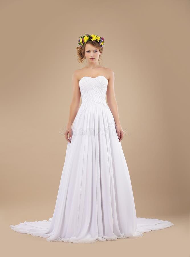 有花花圈的妇女在白色礼服的 库存图片