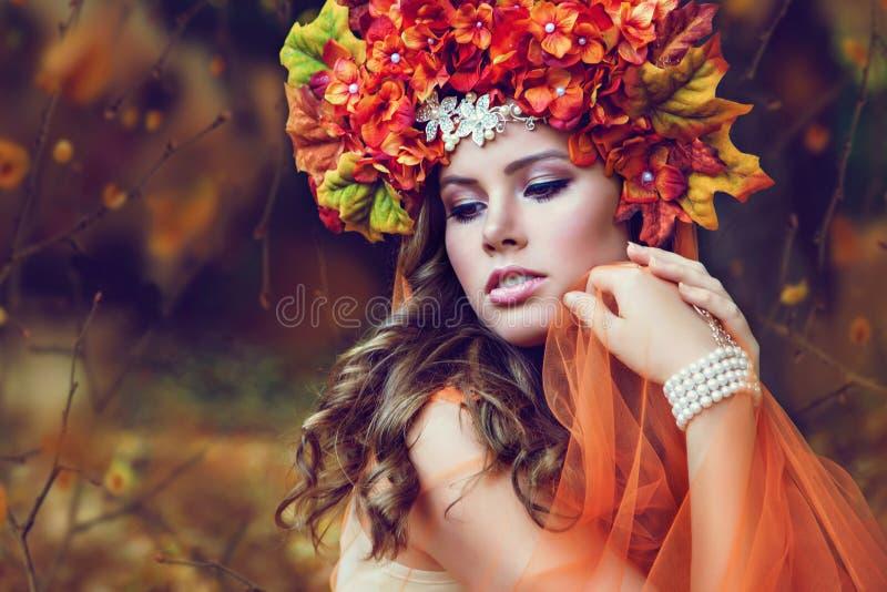 有花花圈的年轻美丽的妇女 免版税库存照片