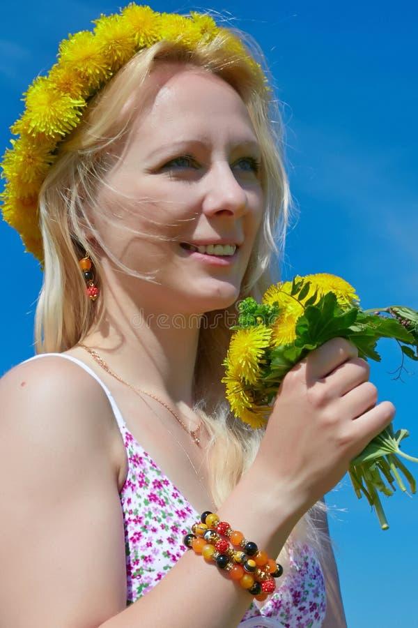有花花圈头饰带的美丽的少妇 免版税库存照片