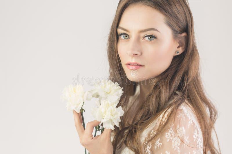 有花花束的可爱的女孩  免版税库存照片