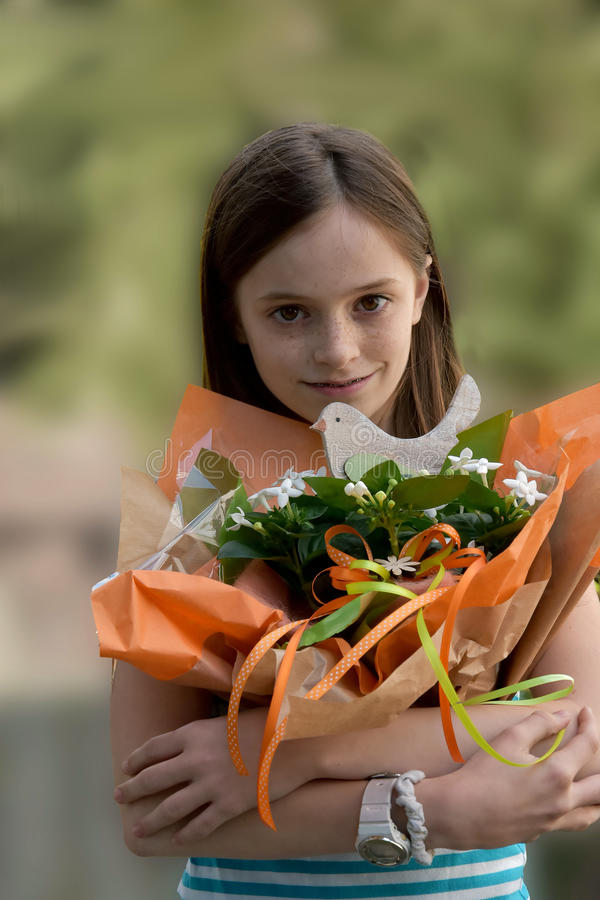 有花花束的女孩 库存照片
