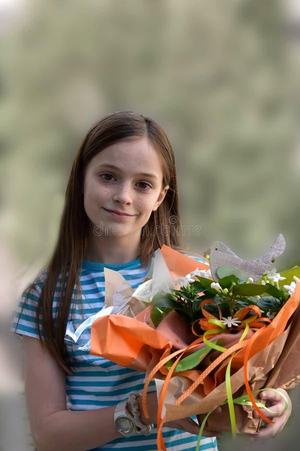 有花花束的女孩 免版税图库摄影