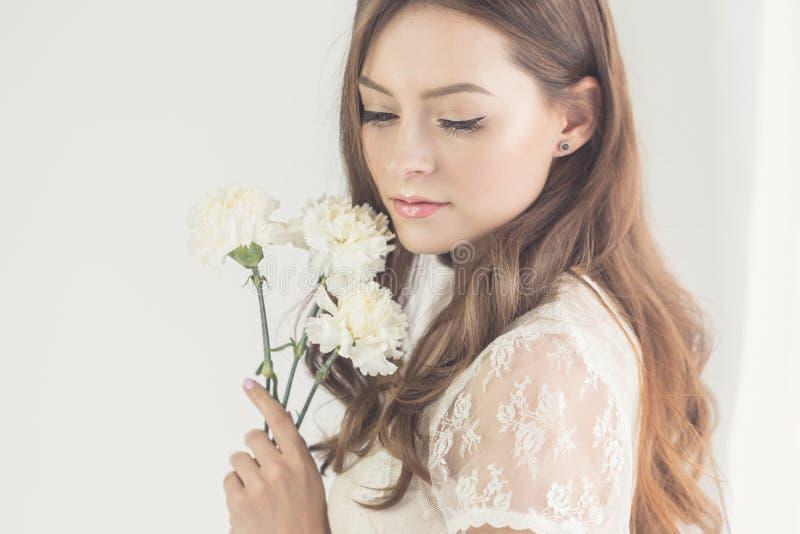 有花花束的甜女孩  免版税图库摄影