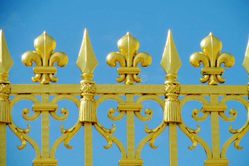 有花装饰品的金属篱芭 免版税库存图片