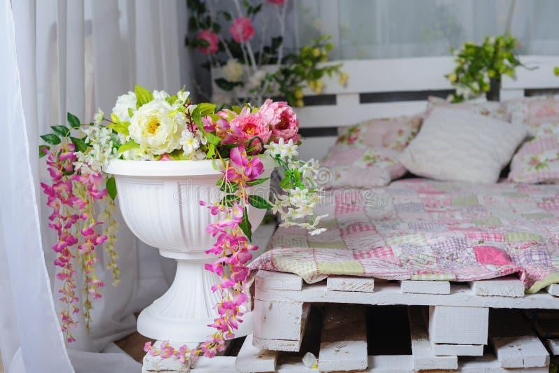 有花装饰的卧室在土气样式的 库存照片