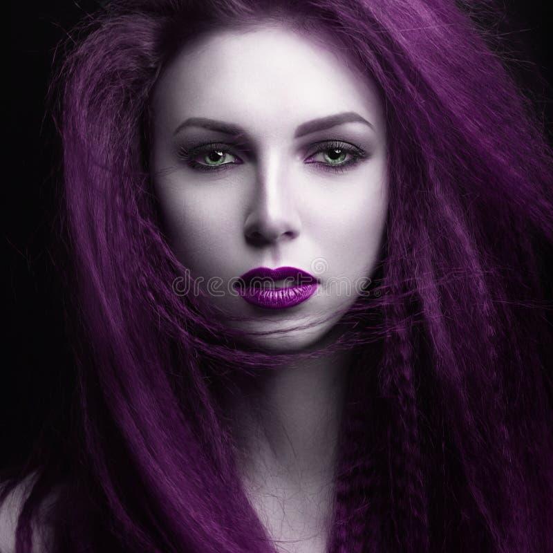 有苍白皮肤和紫色头发的女孩以吸血鬼的形式 Insta颜色 图库摄影