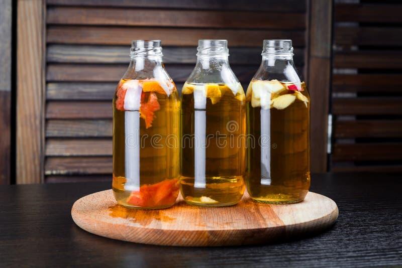有苹果、葡萄柚和柠檬味道的饮料瓶 免版税图库摄影