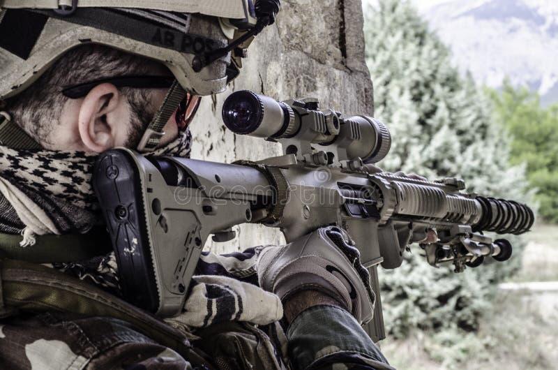 有范围的狙击手 免版税库存照片