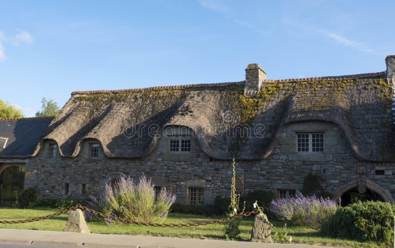 有茅屋顶的传统石房子在布里坦尼法国 布里坦尼诺曼底法国 免版税库存图片
