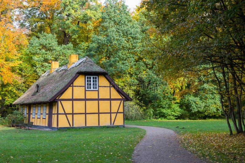 有茅屋顶的老半木料半灰泥的房子在Charlottenlund,丹麦 免版税库存照片