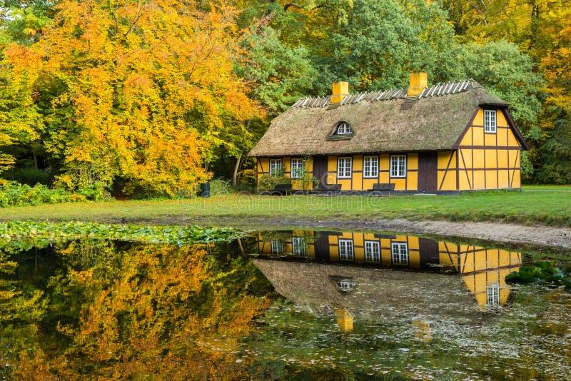 有茅屋顶的老半木料半灰泥的房子在Charlottenlund,丹麦 库存照片