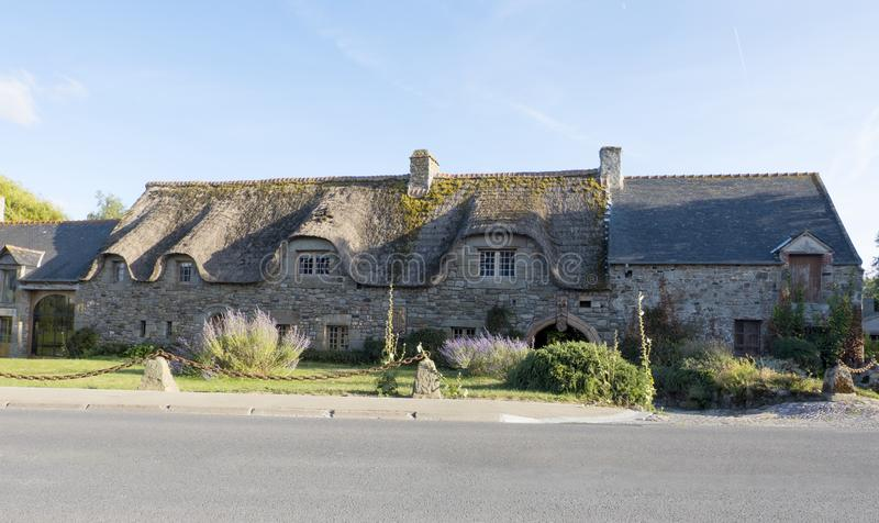 有茅屋顶的老美丽的传统石房子在离Mont圣米歇尔不远的布里坦尼 诺曼底法国 免版税库存照片