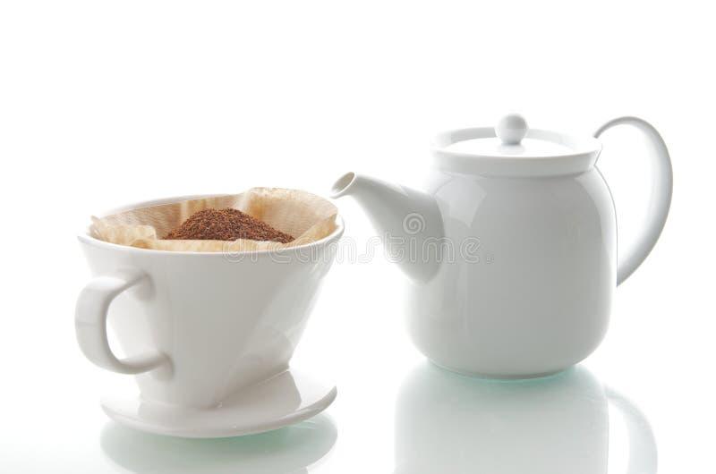 滴水有茶壶的咖啡杯 库存图片