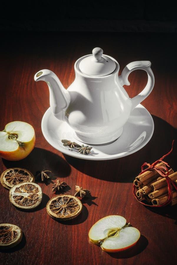有茶壶的茶杯在老木桌上 库存照片