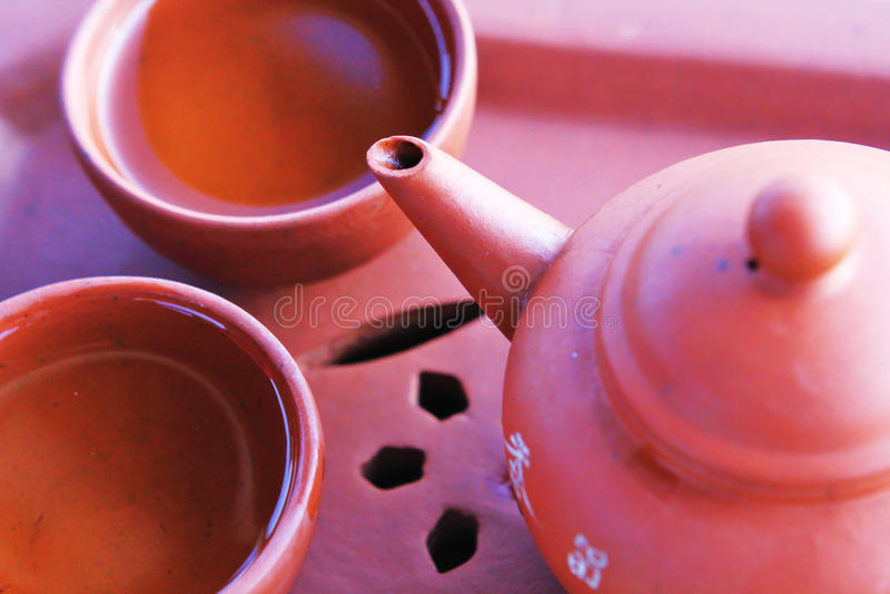 有茶杯的中国茶壶 免版税库存图片