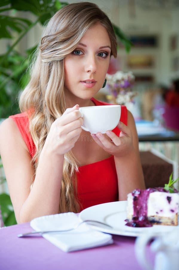 有茶的引诱的妇女 免版税库存图片