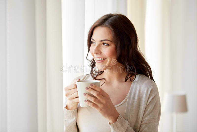 Download 有茶的愉快的妇女或咖啡在家 库存图片. 图片 包括有 可爱, 纵向, 舒适, 概念, 偶然, 休息, 女孩 - 72351327