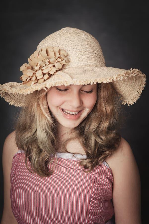 有草帽微笑的女孩 免版税库存照片